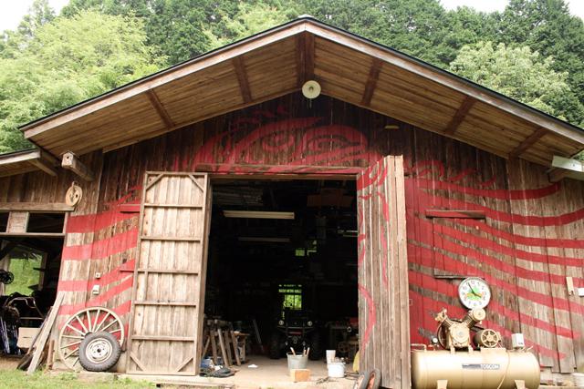 親交のあるカナディアンインディアンにインスパイアーされ、奈美さんが絵柄を描いた作業小屋