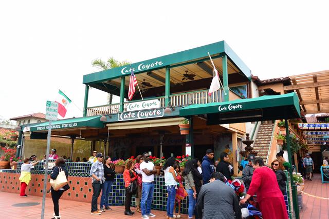 大行列の「カフェ・コヨーテ」。お店の前ではチュロスの実演販売も!