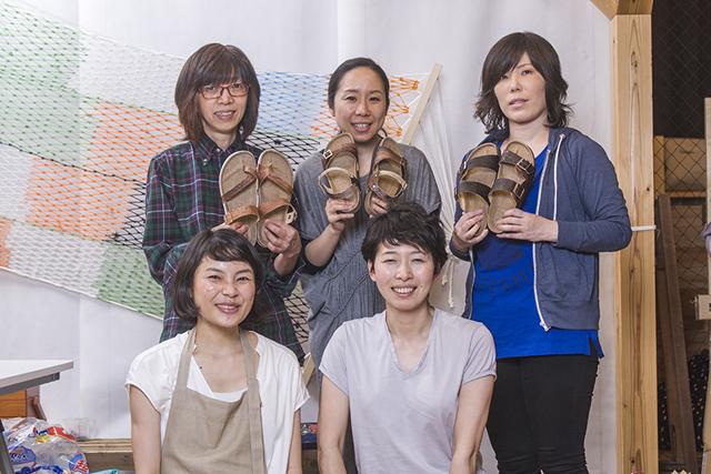 (前右)高野織衣さん、(前左)釣賀 愛さんと地元氷見の魅力を再発見し、発信する活動を、2004年から続けているヒミングのみなさん。http://himming.jp