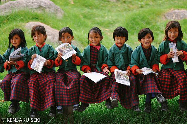 ベンチに座り勉強をするタシ・ヤンツェ小中学校の子どもたち。