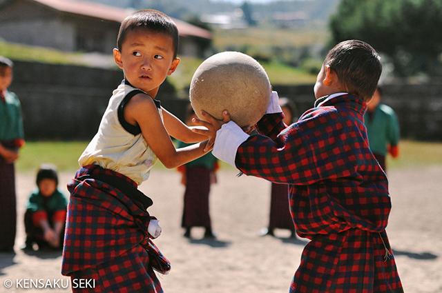 民族衣装で体育授業。