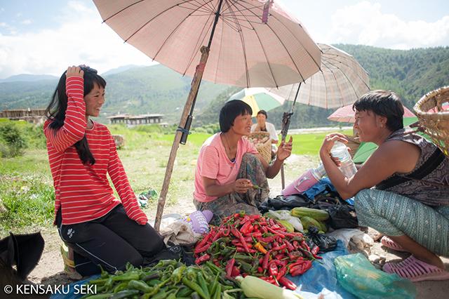 ブータンの野菜市場。商売よりも会話に夢中。
