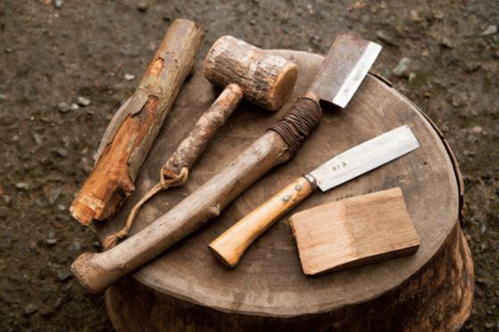 今回使うのは両刃の鉈。刃に厚みがあり左右に均等に力が加わるた め、割り裂くという作業に最適。刃先はガンガン打ち付けるので鈍 角に研いで刃こぼれしにくくしている。このほか、木槌や丸枝など 叩く道具、くさび(堅いクリの木で自作したくさびを使用。ホーム センターで販売している鉄やプラスチックのものでもOK)を用意。