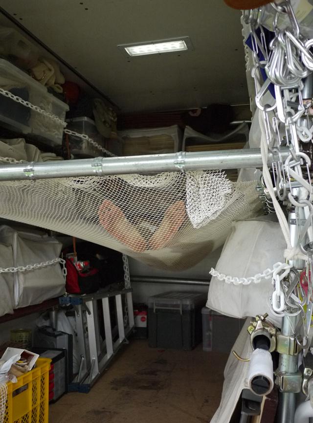 ↑ネットをひっかけてハンモックベッドに。