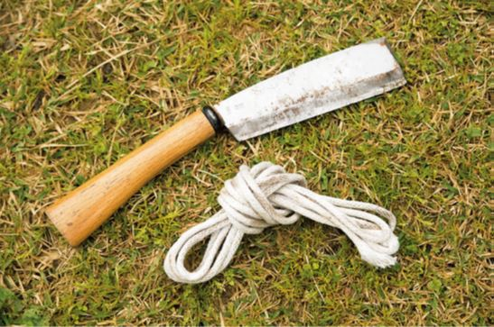 道具は、直径5〜6㎜のビニロンロ ープ(通称クレモナロープ、 ホームセンターなどで購入 可)と、片刃のなた。