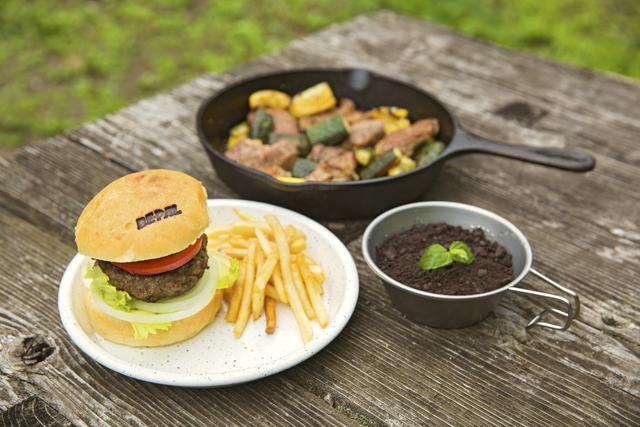 ネイチャーウォークのあとは、ア ウトドア料理が振る舞われる。「ハ ンバーガーと肉のグリル、ダッチ オーブン料理を出す予定です」