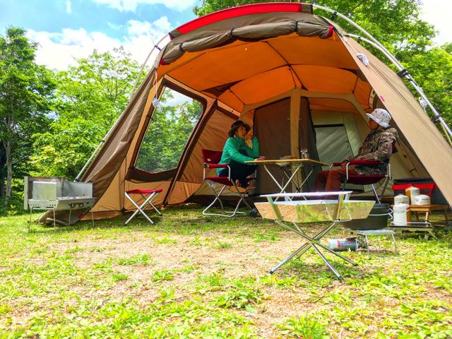 スノーピークのテントでキャンプ。提供:雨飾高原キャンプ場
