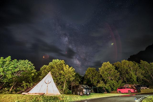 天の川まで見られるのは、人里離れたロケーションのおかげ。提供:雨飾高原キャンプ場