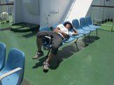 気持ちいいそよ風に吹かれながら、甲板で日向ぼっこしたり。ふだんなかなかできない、のんびりタイム。