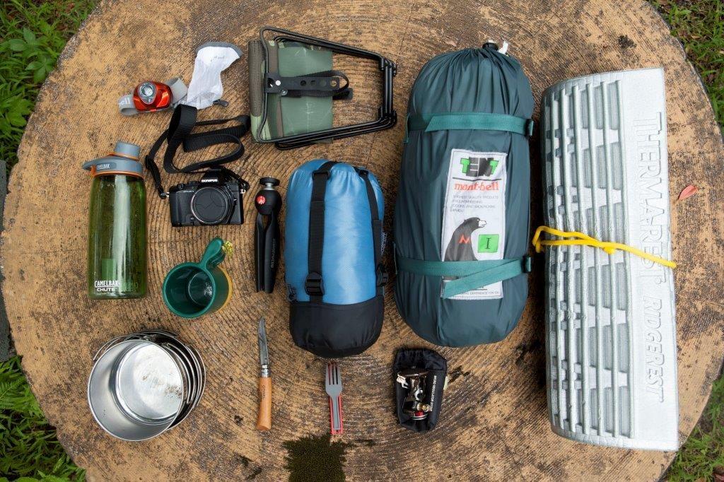 テントや寝袋など、今回の青ヶ島の旅道具。テントやマットなどの大物はリアキャリアに固定した。