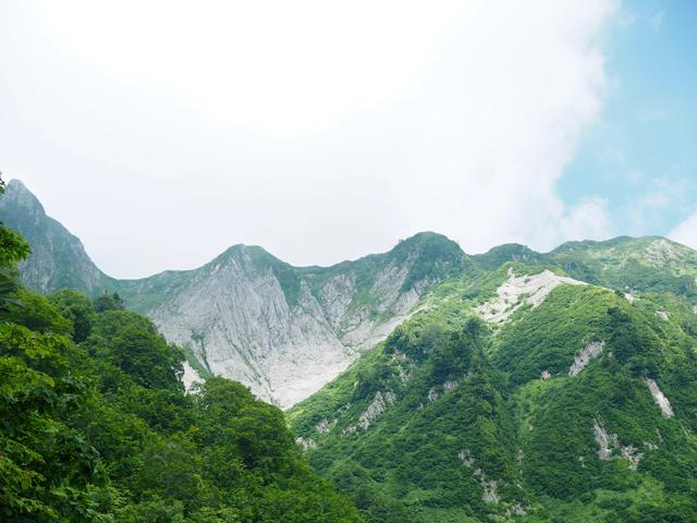 左の山の奥に頂上。これは荒菅沢から見た景色。