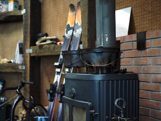 秋には管理棟の薪ストーブで暖もとれます。コーヒー酎がおすすめ。
