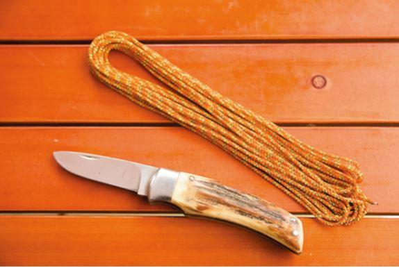直径2㎜の細引きロー プを使用。1㎝ぐらい の太さの枝に丁度いい。 あとは木を削るための ナイフを用意。