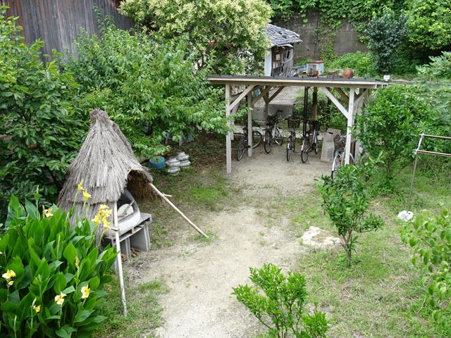 こちらはお庭。藁の屋根に隠れているのが手作りのピザ釜