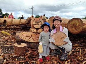 2年前の木材の皮むき参加のときの記念写真です。