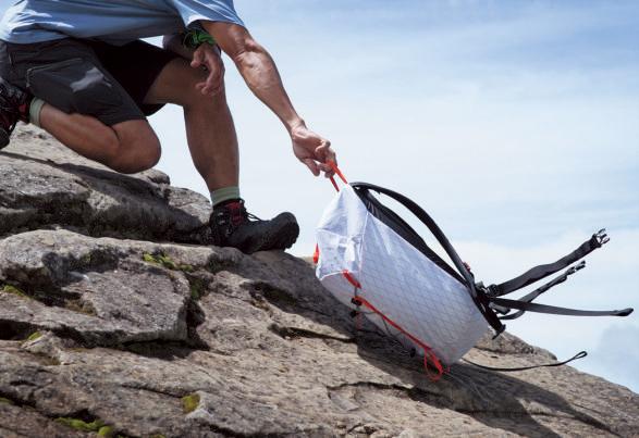 素材は強靭そのもの。岩の上を引きずる程度では、表面の生地にはほとんどダメージがない。