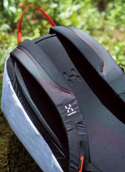 ショルダーハーネスの首から 肩の部分にはソフトな素材が用いられ、背負い心地は柔らか。