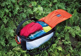 荷物の出し入れは背面のパネ ルを大きく開いて行なう仕組み。奥のものもすぐに取り出せる。