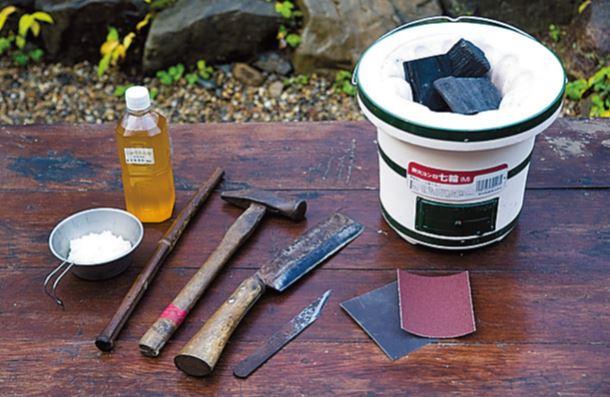 右 か ら 炭 火 コ ン ロ 七 輪 & ナ ラ 炭( 岩 手 切 炭 )。 下部に空気穴があり、火を一気におこせる ため、この七輪を採用。炭は500gもあれ ば十分足りる。目の粗いサンドペーパー(1 20番)と仕上げ用の目の細かいもの(250 番)2種、木を削るクラフトナイフと鉈、 金槌(石でも代用可)。火力調整用の火吹き 竹。オイルフィニッシュ用のえごま油(木 製食器にも使われる植物系の乾性油を使用。 クルミ油でもよいが、えごま油のほうがサ ラッとして塗りやすく濃いめの色に)、パ テ作り用のご飯少々。