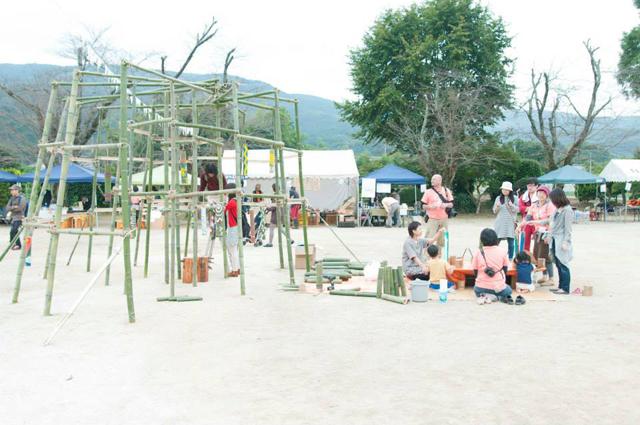 校庭にみんなで竹のオブジェを製作