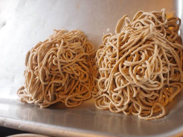 製粉した小麦に卵を加えて練り、製麺機を使って作った麺