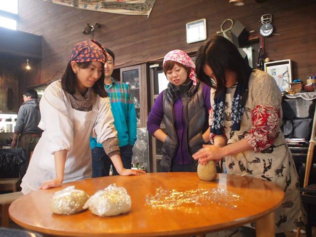 みんなで小麦粉を練る。ラーメン作りワークショップには誰でも参加できる