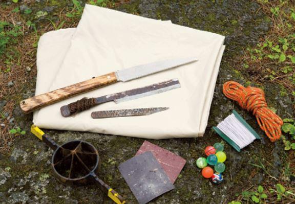 径4㎜のロープ、ショックコード (テントポールに使われているゴム)、 スーパーボール、仕上げ用紙やすり、 竹割り機、ポリエステル布(5×3m)、 竹びき鋸、竹鉈、クラフトナイフ。+ 竹、メッシュ布地。