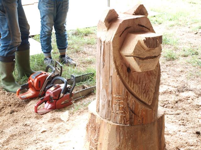 清水国明さんがチェーンソーであっという間に作り上げた熊の作品。