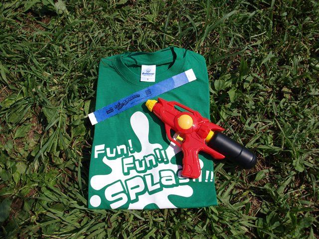参加者に配られたTシャツと水鉄砲。