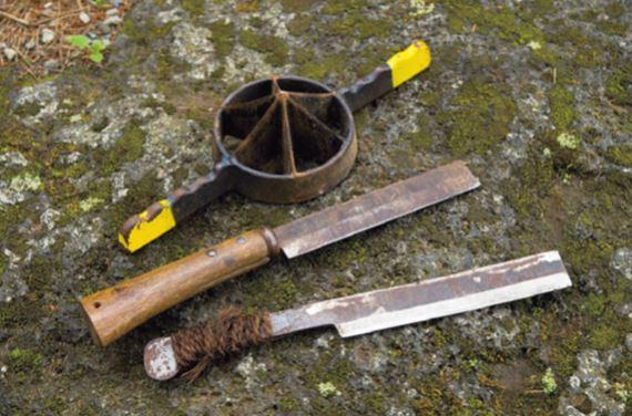 短物に鉈、長物割るなら専用機 竹を割るのに便利なのが、両刃の竹専用鉈と、 竹割り機(写真上段)。鉈は両刃だと左右均等 に割ることができる。柄と鉈に角度がないた め、杭の先端なども削りやすい。竹割り機は、 長い竹を均等な幅に割るための道具。今回は 6つ割り(直径18㎝¥5,000前後)を使った が、5つ割りから10分割りまである。どち らもホームセンターで購入可能。