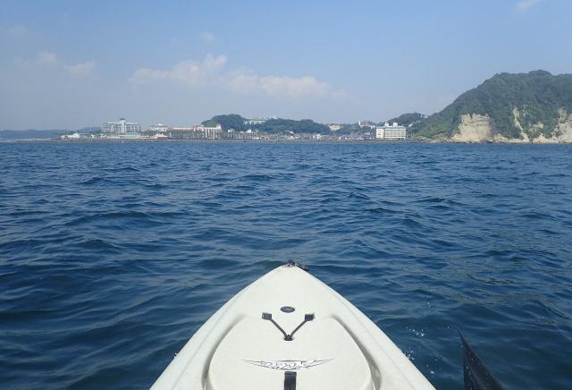 左に広がるのが由比ヶ浜で134号線は右の山の向こうを走る