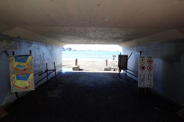 トンネルをくぐるとすぐ海