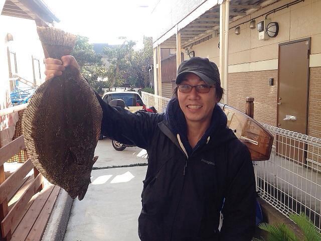 58センチのヒラメを釣り上げた直後の私、めっちゃ嬉しそう