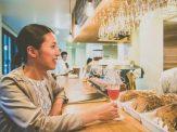 今回、取材を担当した津田です。『ヌプカ』1階で、クラフトビールを堪能中の図。