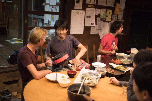 みんなで食卓を囲む。中心にいるのが農場スタッフの茨木さん