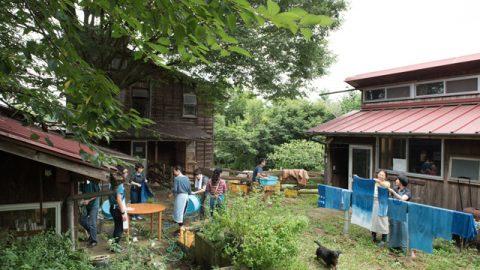 イベントに参加した人たちで賑わう農場の中庭
