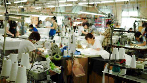 工場の様子。約60名の社員のうち地元の女性が9割を占める。