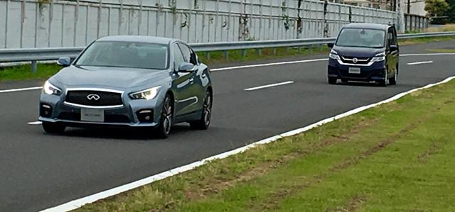 高精度な単眼カメラで前車との距離や車線内の自車位置を計測する。ミリ波レーダーなしでも十分な機能を誇る