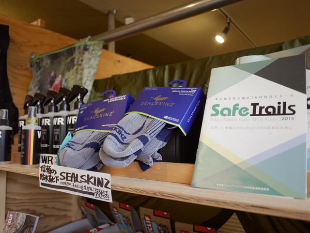 万が一の忘れ物も安心のショップコーナー。棚には神野オーナーも編集に携わったMTBの自主ルール・ブック「Safe Trails」も