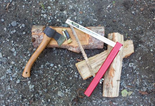 ハチェット(手斧)、バックナイフ112レンジャー、小型のこぎり。