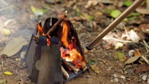 小さなウッドストーブとの相性 もバッチリ。火おこし時だけでなく、消えかけたときや火力調節するときにも大活躍する。
