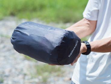 スタッフバッグに収納 した状況。小さくはない が、もともとラージサイ ズなので仕方ない。