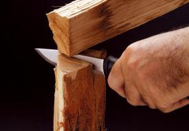 """フルタング構造は打撃や 捻れに強いのでブレードを 薪で叩き込む""""バトニング""""や、ナイフをこじるようなラフな使い方ができる。"""