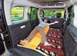 段 差のない開放的な空間は車中泊に最適。助手席 も倒せるようになったので、さらに広く使える。