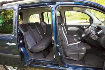ドア開口部が広く、 どの席も楽に乗り降 りできる。シートク ッションはコシがあ って疲れ知らず。フ ランス車の伝統です。