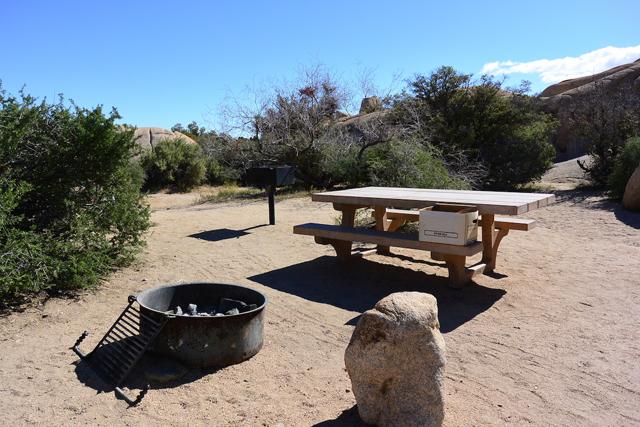 1つのキャンプサイトには、テーブルとファイヤーピットが標準装備