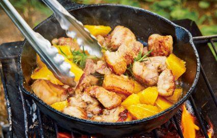 肉の塊も、ひと口大にカットす れば早く火が通る。オレンジは仕上げに加えて、形を残すといい。
