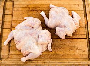 内臓を取り出した丸鶏を使用。 大型スーパーや、肉屋で事前注文しておけば簡単に手に入る。