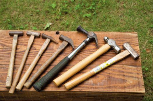 見た目以上に千差万別な金槌 DIYにおけるもっとも基本的な道具である金槌 は、用途により種類が豊富。写真の右端と左か ら2本が一般的なくぎ打ち用。片側が曲面にな っていて、まずは平らなほうで打ち、仕上げの 1、2発を曲面で打って木に跡を残さないよう にする。右から2本目は金属加工用で、銅板な どに凹みを作ることができる。中央2本は釘抜 き付きハンマーで、左から3本目は細工くぎ用。