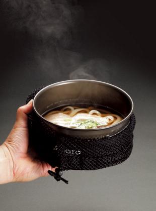クッカー&コジーのコン ビネーションなら、調理し たクッカーがそのまま食器としても使えちゃう。持っても熱くなくて便利だ!!